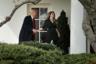 Президент США Дональд Трамп жмет руку директору по коммуникациям Белого дома Хоуп Хикс в ее последний рабочий день. Она покинула аппарат президента 29 марта 2018 года.