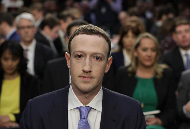 Исполнительный директор Facebook Марк Цукерберг дает показания в американском Сенате. В апреле 2018 года создателю самой известной соцсети пришлось объяснять, как данные почти ста миллионов пользователей оказались в руках сторонней фирмы Cambridge Analytica, связанной с предвыборной кампанией Трампа.