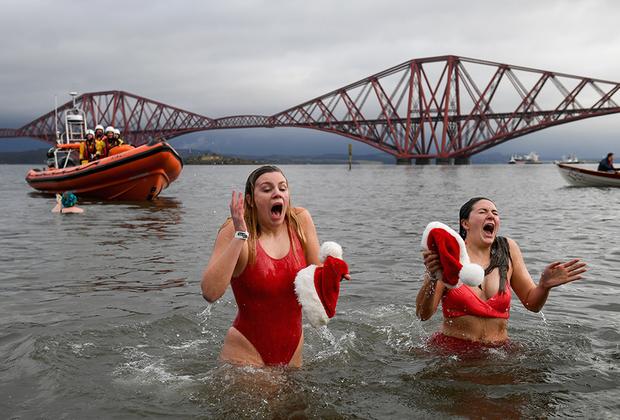 Новогодний заплыв в Южном Куинсферри в Шотландии ежегодно собирает более тысячи купальщиков. Эта новая традиция стала продолжением национального праздника Хогманай, когда шотландцы провожают последний день года факельными шествиями и песней «Auld Lang Syne».