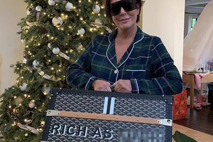 Сестры Кардашьян подарили маме чемодан с матерной надписью