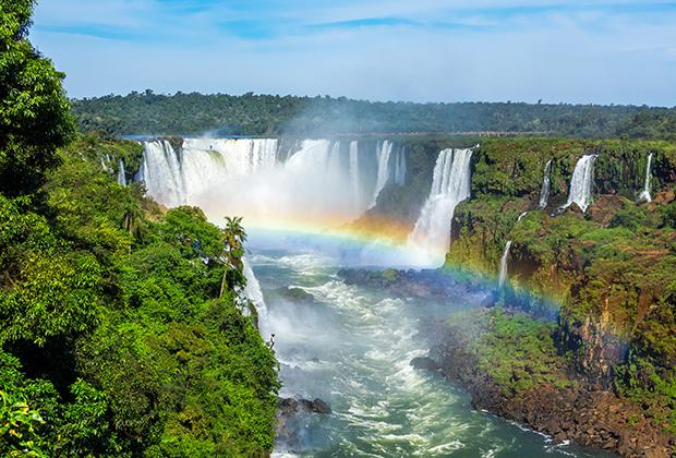 Водопады Игуасу на границе Бразилии, Аргентины и Парагвая. Первые две страны долгие годы были лидерами по числу туристов в Латинской Америке, но Уругвай и Парагвай в последние годы заметно подтянулись.