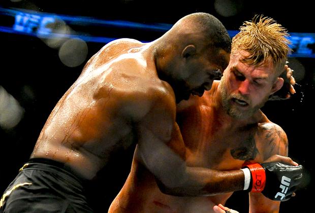 Джон Джонс (слева) в бою с Александром Густафссоном