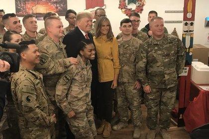 Трамп неожиданно слетал в Ирак и нашел применение американским войскам