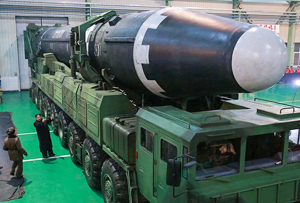 Ким Чен Ын возле межконтинентальной баллистической ракеты Hwasong-15 («Хвасон-15»)