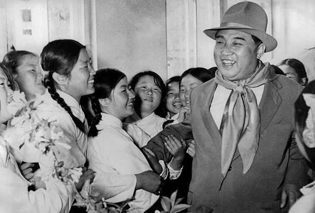 Ким Ир Сен с сиротами