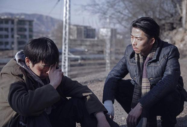 Еще одно длинное, четырехчасовое кино — которое завоевывает зрительское доверие в том числе и хронометражем, авторской убежденностью в необходимости широкого, монументального формата для нескольких историй маленьких, мало кому нужных в сущности, обитателей китайской глубинки. Все вместе и в формате протяжного эпоса эти сюжеты соединяются в натуральное полотно о тотальной безнадеге, пронизывающей современную китайскую жизнь, — чувстве, реальность которого подтверждает и печальный факт о фильме: его автор Ху Бо покончил с собой в возрасте 29 лет, не дождавшись премьеры. Что не мешает его камере взирать на персонажей взглядом призрака — преисполненным и сочувствия, и жизнелюбия.