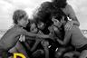 Самый пока амбициозный фильм автора «Гравитации» и «Дитя человеческого» Альфонсо Куарона размах своих интересов поначалу маскирует подчеркнуто личным (и не без автобиографических элементов) зачином. Разворачивающаяся в начале 1970-х история сложного года в жизни одной интеллигентной мексиканской семьи и прислуживающей ей смуглой горничной и правда впечатляет как выразительностью черно-белых кадров, так и редкой по чуткости, гуманизму интонацией — а заодно тем, как тонко Куарон вплетает в нее политический фон, который в кульминационный момент эффектно выплескивается и на первый план, оборачиваясь уже общей, а не частной драмой.