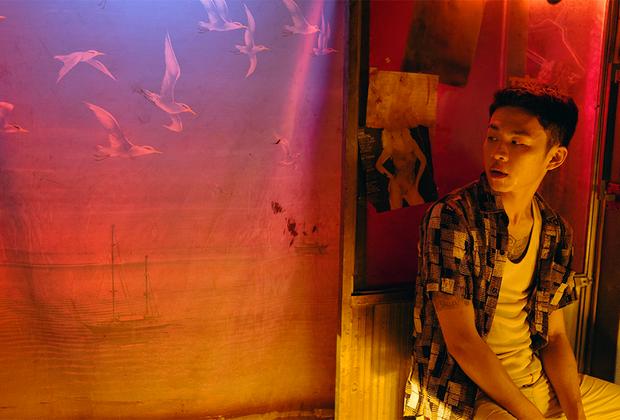Самый вычурный по формальному решению и по постоянству стиля фильм года снял китаец Би Гань — который здесь как будто рассказывает о путешествии бывшего гангстера в поисках давно утраченной возлюбленной. Второстепенность сюжета режиссер подчеркивает, впрочем, быстро: воспоминания смешиваются с фантазиями, настоящее — с прошлым, слезы — с каплями дождя. Подражание Вонгу Кар-ваю? Какое там: Би Гань оказывается формалистом еще более радикальным — и в середине фильма за контрастной игрой цветами и насыщением теней в кадре следует прием, не имеющий в кино аналога и оказывающийся 55-минутным трипом в 3D-очках по миру если и любви, то потусторонней, внеземной.