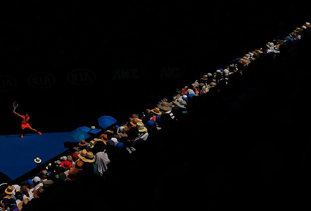 Болгарин Григор Димитров исполняет бэкхенд в четвертьфинальном матче Открытого чемпионата Австралии с Кайлом Эдмундом. Димитров уступит сопернику в четырех сетах и завершит выступление на турнире. Эдмунд же в полуфинале проиграет хорвату Марину Чиличу.