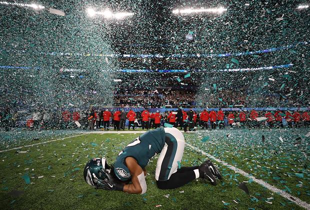 Патрик Робинсон из «Филадельфия Иглс» празднует победу в Супербоуле. Его команда впервые в истории завоевала титул чемпионов Национальной футбольной лиги.