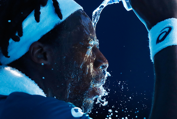 Француз Гаэль Монфис пытается охладиться во время матча Australian Open-2018 против серба Новака Джоковича. Водные процедуры Монфису не помогут — он проиграет в четырех сетах и завершит выступление на турнире.