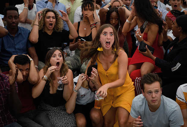 Английские фанаты — люди эмоциональные. В этом эпизоде им было от чего схватиться за голову. За считанные мгновения до финального свистка матча чемпионата мира колумбийцы сравняли счет и перевели встречу с англичанами в дополнительное время. Родоначальники футбола все равно выиграли — правда, только по пенальти. Седых волос у болельщиков значительно прибавилось.