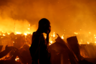 Обитатель трущоб Найроби безуспешно пытался тушить охвативший лачуги пожар. <br> <br> <br> Фотограф Томас Мукоя смотрел новости перед сном, когда увидел на экране кадры пожара в бедном районе столицы Кении. Его так впечатлило, что он схватил камеру и тут же поехал на место событий.  <br> <br> «Когда я приехал, то увидел жителей, пытающихся опознать свои вещи среди обугленных руин. Некоторые пытались спасти обожженные пламенем товары со своих предприятий. Был хаос, у пожарных закончилась вода, и люди плакали по своим пропавшим родственникам», — вспоминает фотограф. <br> <br> В какой-то момент он заметил мужчину, прочесывающего обгоревшие обломки того, что раньше было его домом. Он не обращал на фотографа никакого внимания и продолжал спасать имущество. Через несколько минут он встал, вытер слезы с лица и спросил: «Это все, что правительство может сделать с людьми, которые за него голосовали?» Мукоя заверил его, что использует свои фото для того, чтобы рассказать миру о постигшей их катастрофе. «Я бы предпочел умереть!» — крикнул незнакомец напоследок.