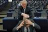 Председатель Европейской комиссии Жан-Клод Юнкер забавляется с Гаем Верхофштадтом — главным переговорщиком ЕС по Брексит. Снимок сделан непосредственно перед дебатами о будущем Европы в Европарламенте. <br> <br> Фотограф Винсент Кесслер, уставший от однообразных кадров во время дебатов, признается, что специально приходит в зал заседаний пораньше, чтобы застать Жан-Клода Юнкера, который иногда позволяет себе неформальные жесты. Юнкер приходит одним из первых и любит пошутить с депутатами. Этот снимок сделан за полчаса до заседания.  <br> <br> «Юнкер — персонаж, всегда нарушающий правила и готовый смеяться, особенно над собой. Пока Верхофштадт читал какие-то бумаги, Юнкер незаметно подкрался к нему сзади и взъерошил волосы, предоставив нам возможность сделать красивую и забавную картину. Не то, что ты обычно ожидаешь от одного из сотен дебатов, которые я освещал в парламенте», — радуется фотограф.  <br> <br> Кстати, в 2014 году Верхофштадт голосовал против назначения Юнкера на пост главы Еврокомиссии.