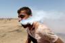 Во время «Великого марша возвращения» на юге сектора Газа в рот 23-летнего палестинца Хейсема Эбу Себле залетела капсула со слезоточивым газом. В ходе марша сотни молодых палестинцев атаковали израильскую границу. Они забрасывали заграждения камнями и горящими покрышками, израильтяне в свою очередь отвечали спецсредствами и стреляли в зачинщиков на поражение. В результате конфликта было убито более сотни жителей сектора Газа, от пуль и газа пострадали свыше 13 тысяч человек. <br> <br> «Я видел, как группа протестующих двинулась к забору. Израильские солдаты и транспортные средства были размещены на небольшой удаленности. Демонстранты начали бросать в солдат камни, а один солдат вышел из джипа и начал кидать в протестующих бомбы со слезоточивым газом. Обычно протестующие начинают убегать, потому что это может быть опасно для людей. Я был удивлен, когда увидел человека, из лица которого выходит газ. Я был первым, кто заметил это, и в начале я думал, что он, возможно, положил что-то в рот для удовольствия или в знак протеста. Потом я понял, что газовая капсула проникла в его лицо и застряла. Все происходило в считанные секунды», — описывает произошедшее фотограф Ибрагим Абу Мустафа. <br> <br> Пострадавший упал на землю, к нему подбежали медики, а шокированный фотограф продолжил снимать.