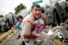 Мигрант из Гондураса пытается защитить своего ребенка во время штурма гватемальского пограничного пункта, который открывает путь в Мексику. На мексиканской стороне мигранты наткнулись на мощное сопротивление со стороны полиции, которая использовала для разгона газ. Штурм захлебнулся и закончился хаосом и замешательством. Фотограф признался, что произошедшее очень на него повлияло.  <br> <br> «Я также являюсь отцом девятилетней девочки. Невозможно было не думать о том, что отец попал в такую паническую ситуацию. После того как я сделал эту фотографию, я вывел другие семьи за ограничительный полицейский кордон», — вспоминает автор снимка.  <br> <br> Гондурасцы так и не смогли проникнуть в Мексику. Полиция все же оттеснила их на гватемальскую сторону.