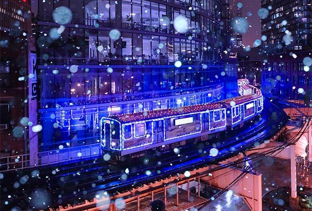 Падающий снег делает изображение подсвеченного едущего поезда по-настоящему праздничным и волшебным. Фотограф Дэвид Сова признался, что «ловил» подходящий для съемки момент почти полчаса.
