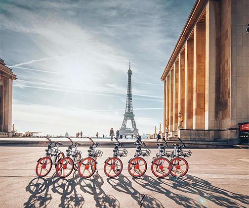 Этот велосипедный «балет» фотографу Орели Гизиано удалось запечатлеть в момент восхода солнца над Эйфелевой башней.