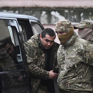 Один из задержанных моряков с кораблей ВМС Украины (слева)