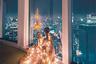 В самое волшебное время года блогер Саманта Вонг осветила комнату своим праздничным нарядом.