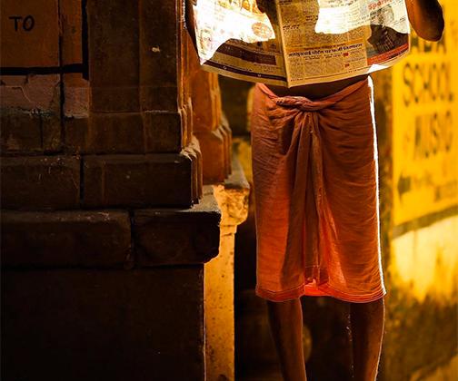 Этот любопытный снимок — результат охоты фотографа на свет и тень. Читающий газету человек в золотых лучах стал для него идеальным фотогероем.