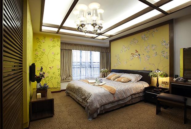 Обои желтого цвета с диковинными птицами на ветках стали неотъемлемой частью интерьера в стиле шинуазри.