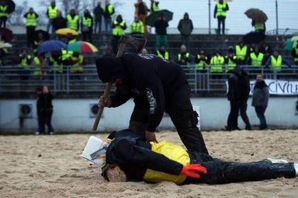«Желтые жилеты» устроили самосуд над чучелом Макрона и попались