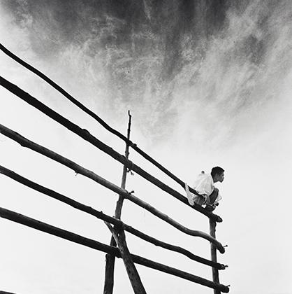Серия снимков «Кама-итати» стала коллаборацией фотографа с хореографом и основателем танцевального жанра буто Тацуми Хидзикатой. Хосоэ снимал его перформанс на фоне сельского пейзажа. Фотокнига по итогам съемки была впервые издана в 1969 году и приобрела культовый статус. Хосоэ следовал за Хидзикатой по северной Японии и запечатлевал его спонтанные танцы, в которых тот часто задействовал местных жителей и фермеров — действо было вдохновлено фигурой кама-итати — демона из японского фольклора.