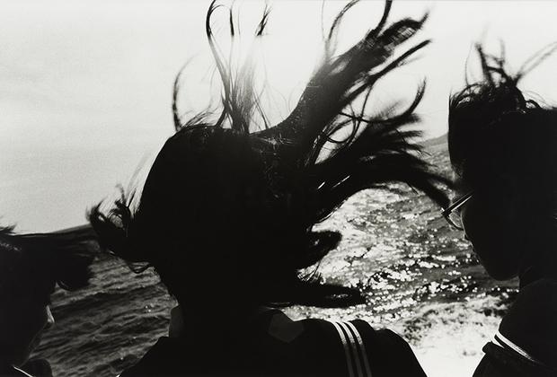 Фукасэ — один из известнейших фотографов Японии. Он начал снимать в 1960-х годах, а в 1992 году в его жизни произошла трагедия: выпивая в одном из заведений в Синдзюку, токийском квартале красных фонарей, пьяный Фукасэ упал с лестницы бара и получил повреждение мозга. Фотограф 20 лет оставался недееспособным, то и дело впадая в кому, — вплоть до своей смерти в 2012 году. Все эти 20 лет к архивам Фукасэ не было доступа, и только после его кончины миру открылись сотни снимков, которые принесли ему славу странного гения.