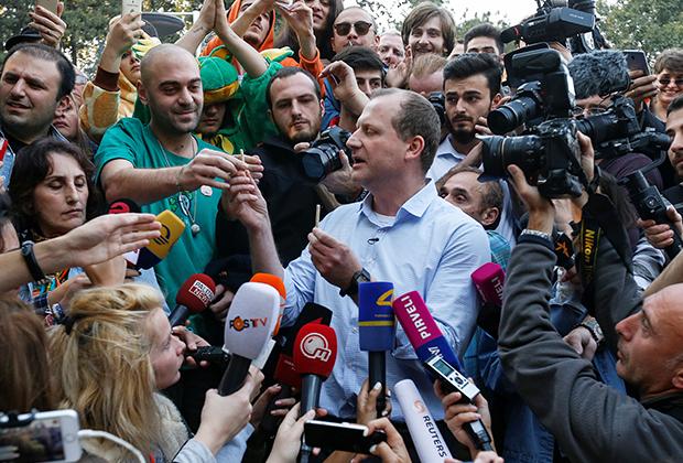 Лидер партии «Гирчи» Зураб Джапаридзе раздает сигареты с марихуаной своим сторонникам