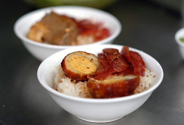 Еще одно популярное блюдо вьетнамского стритфуда — клейкий рис. Его подают с разнообразными ингредиентами, но чаще всего — с мясом и яйцом. Другие популярные вариации: с арахисом, с приготовленным на пару цыпленком, с бобами мунг и с дольками кокоса.