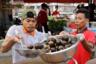 Уличные торговцы готовят суп из улиток на острове Кох-Пич. Для него используют озерных улиток, собранных в провинциях вокруг Пномпеня, столицы Камбоджи. Улитки — популярный ингредиент камбоджийской кухни, который применяют для многих блюд. Попробовать их в туристических местах сложно —гостям чаще предлагают китайскую и вьетнамскую кухни, более известные в мире.