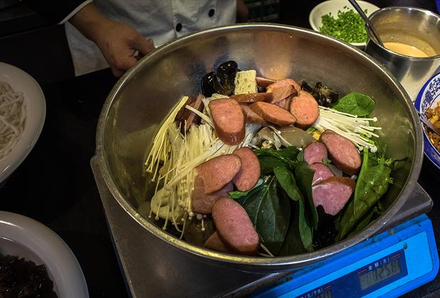 Еще одно популярное в Китае блюдо, которое можно найти на улице Ванфунцзин, — острый суп малатан. Изначально он был распространен лишь в провинции Сычуань, но со временем стал любимым зимним блюдом по всей стране. Ингредиенты супа могут быть практически любыми, главное —не забыть про сычуаньский перец, который придает супу аромат и остроту.