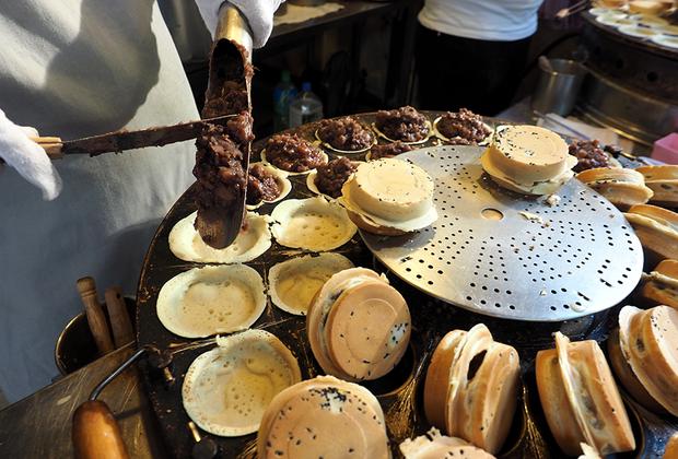 Некоторые блюда популярны и в континентальном Китае, и на острове Тайвань. Например, блинчики с начинкой из красной фасоли — типичное блюдо кантонской кухни. Хрустящие снаружи, мягкие внутри, они готовятся с пастой из красных бобов и рубленой репы. Обычно их можно купить в передвижных фургончиках, которые разъезжают по всему Тайбэю.