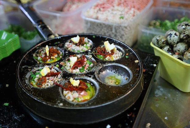 Тит хо тау, или, попросту, жареные перепелиные яйца — популярная у молодых вьетнамцев уличная еда. Помимо яиц блюдо содержит вяленую свинину, соль, перец и соус чили. Вьетнам отличается от других азиатских стран большим разнообразием уличной еды.