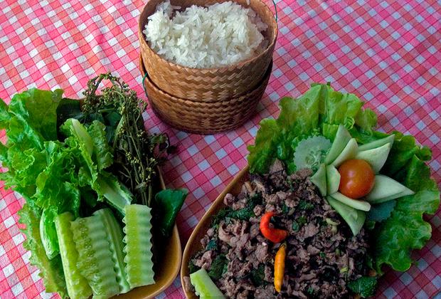 Самое популярное блюдо Лаоса известно сразу под несколькими именами: ларб, ларп или лаап. Эта острая смесь из маринованного мяса или рыбы (на фото справа), овощей, различных комбинаций галангала (голубой имбирь) и рыбного соуса. Есть мнение, что ларб имеет свойства афродизиака. Его подают с рисом и едят руками. Лаосская кухня популярна не только внутри страны, но и в северных районах Таиланда.