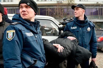 Пьяные украинские полицейские избили и ограбили прохожего
