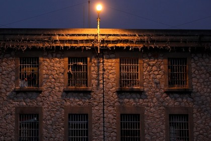 Заключенный сбежал из тюрьмы с помощью веревочной лестницы