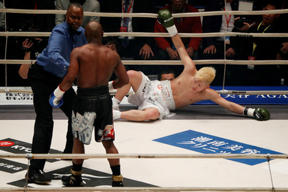 Мэйуэзер нокаутировал японского кикбоксера в первом раунде