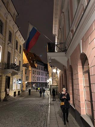 В центр Таллина запрещен въезд не резидентам, поэтому машин практически нет. Узкие улочки, брусчатка, старинные дома, российские флаги и надписи: «Мы говорим по-русски». Если тут и не любят потомков оккупантов, то всегда готовы на них заработать.