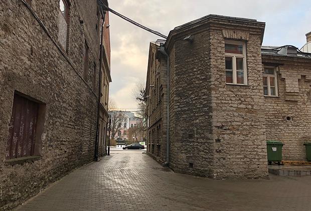 Район был построен в 1908 году во время промышленного рывка Таллина и всей Прибалтики. Здесь располагались универмаг, фабрики по производству крахмала, спирта, лесопильня и макаронная фабрика, хлебозавод, мукомольня, мельница для круп и здания парового лесопильного завода, а также соляной склад.