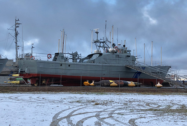 Напоминанием о том, что Ноблесснер — это не только клубные дома, но и верфи напоминают военные катера ВМС Эстонии, которые стоят на берегу на закрытой и охраняемой территории.
