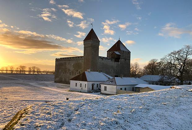На противоположной от маяка стороне острова в городке Курессааре находится замок Аренсбург, в котором долгие годы обитал Эзельский епископ — фактический правитель острова. Замок уникален тем, что это единственная готическая крепость, которая не была перестроена в Новое время.