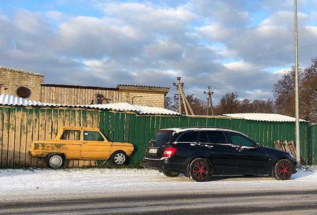 Напоминание о советском прошлом Сааремаа служат, прежде всего, старые грузовики и трактора, которые встречаются то тут, то там. Легковых машин советского производства почти нет, хотя Эстония славится своей мощной ретро-культурой. Этот располовиненный ЗАЗ-968М на стене местного сервиса — единственный встретившийся нам пришелец из прошлого.