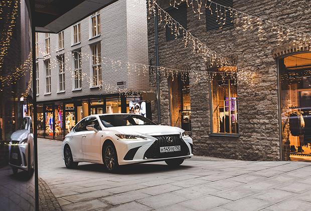 Версия F-Sport доступна исключительно в паре с мотором V6 3.5 мощностью 249 лошадиных сил. С ним машина разгоняется до 100 километров в час за 7,9 секунды, а максимальная скорость составляет 210 километров в час. Стоит такая машина 3 590 000 рублей, но при этом не является флагманской — версия Luxury дороже еще практически на полмиллиона.
