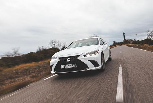Новое поколение ES должно заменить в гамме Lexus не только прошлое поколение ES, но и снятый с производства заднеприводный седан GS. Поэтому ES стал спортивен, как никогда. Машина радует острым рулем с приятным усилием, небольшими кренами и приятной обратной связью по педалям.