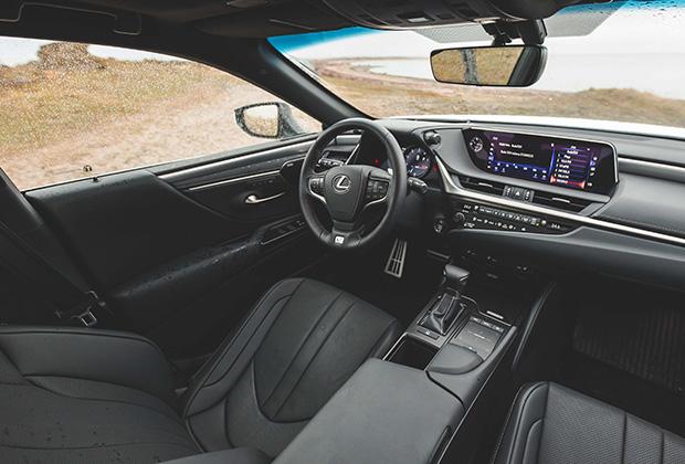 Интерьер версии F-Sport отличается алюминиевыми вставками вместо деревянных, спортивными сиденьями с интегрированными подголовниками и приборной панелью в стиле гиперкара LFA.