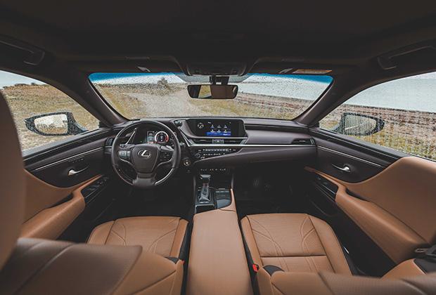 ES350 Luxury — это царство двухцветной кожи, алькантары и натурального дерева. Сиденья снабжены не только обогревом, но и вентиляцией, а память в топовой версии есть у обоих кресел. Зеркала заднего вида на некоторых рынках заменили на камеры, но в России такое решение пока вне закона.