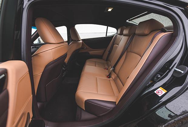 В силу того, что Lexus ES — одна из немногих переднеприводных машин в классе, он обладает большим по сравнению с большинством конкурентов запасом пространства на втором ряду. При этом к услугам задних пассажиров есть и своя зона климата с кнопками управления в подлокотнике, и пульт управления мультимедиа-системой, и возможность наклонить спинку дивана.
