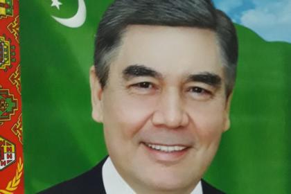 Туркменов заставили закупить новые портреты президента из-за его седины